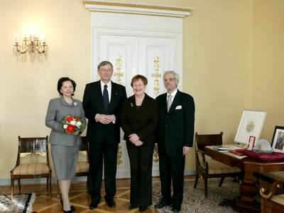 Finnish President Tarja Halonen and her husband, Dr Pentti Arajärvi, receive the Slovenian President, Dr Danilo Türk, and his wife, Barbara Miklič Türk (photo: Tina Kosec/STA)