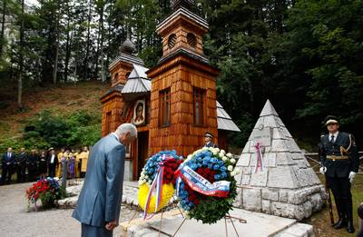 President Türk and the Speaker of the State Duma of the Federal Assembly of the Russian Federation, Boris Gryzlov, place wreaths upon the tomb of Russian soldiers, prisoners of war who died in an avalanche of snow when building the road over the Vršič pass (photo: Stanko Gruden/STA)